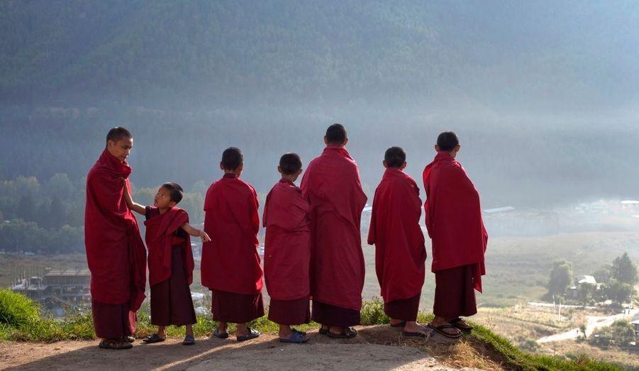 De jeunes moines bouddhistes du monastère de Dechen Phrodrang, à Thimphou, la capitale du Bhoutan.