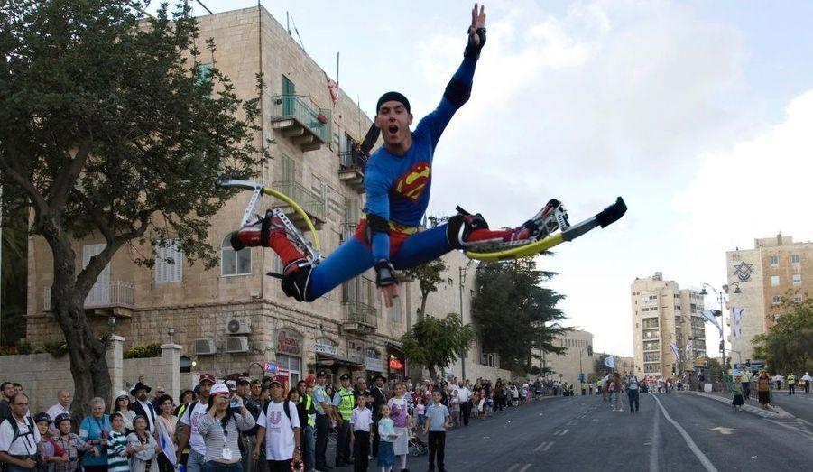 Un participant s'est habillé comme Superman et saute à une parade annuelle organisée pour une fête juive juive, le Sukkot, à Jérusalem.