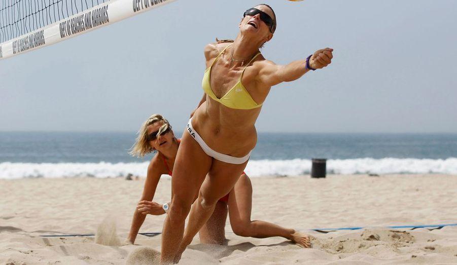 Les volleyeuses allemandes Sara Goller et Laura Ludwig s'entraînent sur la plage de Manhattan, en Californie. Elles participeront aux prochaines Jeux Olympiques de Londres.