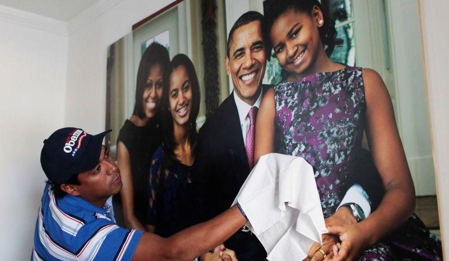 Silvio Carrasquilla nettoie le portrait de Barack Obama et sa famille, accroché dans sa maison à Turbaco, près de Cartagena. Ce fan prépare la venue du président des Etats-Unis en Colombie pour le sixième Sommet des Amériques, qui se tiendra du 13 au 15 avril.