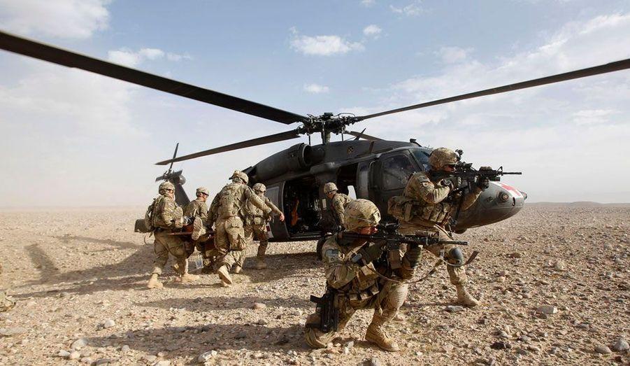 Des soldats de la 82ème division aéroportée de l'armée américaine évacuent un de leurs camarades blessé lors d'un échange de tirs avec les taliban à Kandahar, dans le sud de l'Afghanistan.