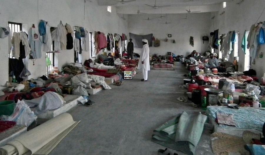 Près de 400 détenus (sur 944) se sont évadés dimanche matin du centre pénitentiairede Bannu, situé dans le nord-ouest du Pakistan, et attaqué par des dizaines de rebelles islamistes armés de pistolets et de lance-roquettes, a indiqué un haut responsable de la police cité par Reuters. Les taliban pakistanais, qui entretiennent des liens avec Al-Qaïda, ont revendiqué l'attaque.