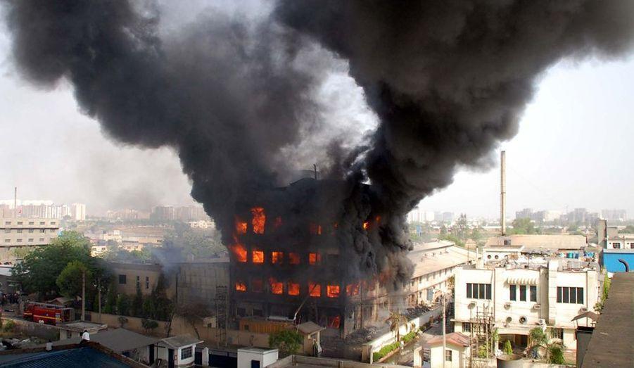 Un incendie s'est déclaré dans un entrepôt de textile de la banlieue de New Dehli, en Inde. Si aucune victime n'est à déplorer, le local a été dévasté par les flammes.