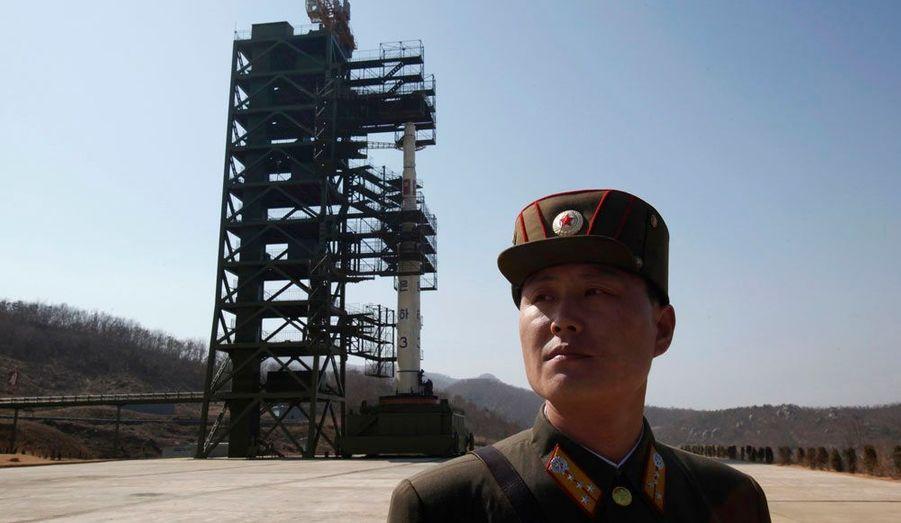 Les autorités nord-coréennes jurent que Unha-3 n'est pas un missile balistique, mais bien une fusée destinée à mettre sur orbite un satellite, qui a d'ailleurs été présenté à la presse. Pourtant, la communauté internationale y voit le signe que Pyongyang veut montrer sa capacité à produire des vecteurs susceptibles d'emporter des charges nucléaires.