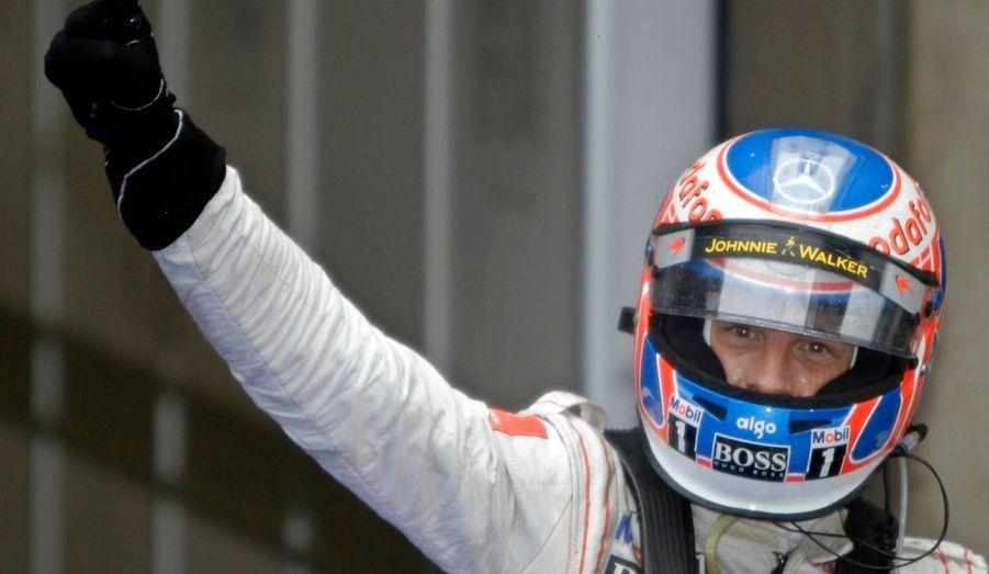 Jenson Button a remporté dimanche un Grand Prix de Chine en grande partie arbitré par la pluie. McLaren s'est à cette occasion offert le doublé puisque Lewis Hamilton a coupé la ligne d'arrivée en deuxième position, devant la Mercedes de Nico Rosberg, la Ferrari de Fernando Alonso et la Renault de Robert Kubica. Déjà vainqueur en Australie cette saison, le champion du monde en titre double ainsi son capital victoires et prend les commandes du classement général.