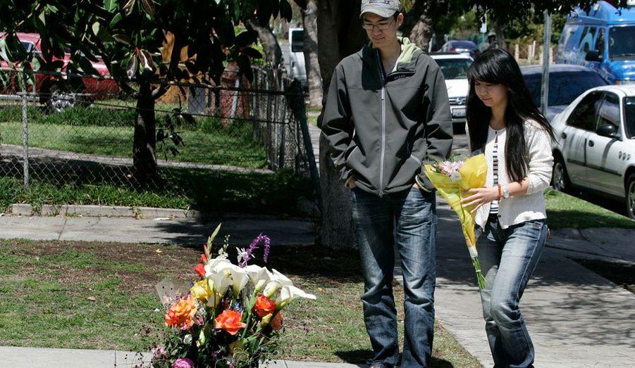 Des étudiants viennent déposer des fleurs à l'endroit où deux élèves chinois de l'Université USC (University of South California) ont été abattus mercredi. Selon les premiers éléments de l'enquête, ils auraient été victimes de la guerre des gangs qui fait rage dans cette zone de Los Angeles.