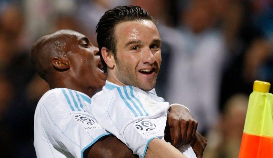 L'Olympique de Marseille a signé dimanche en clôture de la 32e journée sa quatrième victoire de rang à domicile aux dépens de Nice (4-1) grâce à des buts de Koné (42e), Mbia (52e), Valbuena (70e) et Diawara (74e) contre une réduction tardive de Faé (92e). Les Phocéens, qui comptent toujours un match de retard sur la plupart des autres formations de l'élite, reprennent à cette occasion les commandes du classement avec deux points d'avance sur Auxerre, vainqueur ce dimanche en fin d'après-midi à Nancy (1-0), et quatre sur Lyon et Montpellier, tenus respectivement en échec à Lille (1-1) et au Mans (2-2). Les Girondins de Bordeaux, champions de France en titre, sont eux relégués à six points après leur défaite à Paris (3-1) mais comptent eux un match en retard sur l'OM.