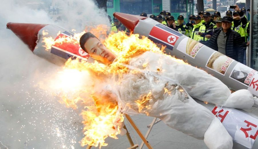 La Corée du Nord a procédé vendredi au tir d'une fusée Unha-3, en dépit des mises en garde de la communauté internationale, mais cette tentative s'est soldée par un échec que Pyongyang, fait rarissime, a officiellement admis. Il s'agit de la deuxième tentative de ce genre visant à mettre un satellite en orbite après l'échec déjà enregistré en 2009. Ce tir fait partie des célébrations organisées à l'occasion du centième anniversaire de la naissance de Kim Il-sung, fondateur de la République démocratique de Corée du Nord et grand-père de l'actuel dirigeant Kim Jong-un. Ce dernier a été nommé vendredi président de la Commission de la défense nationale.