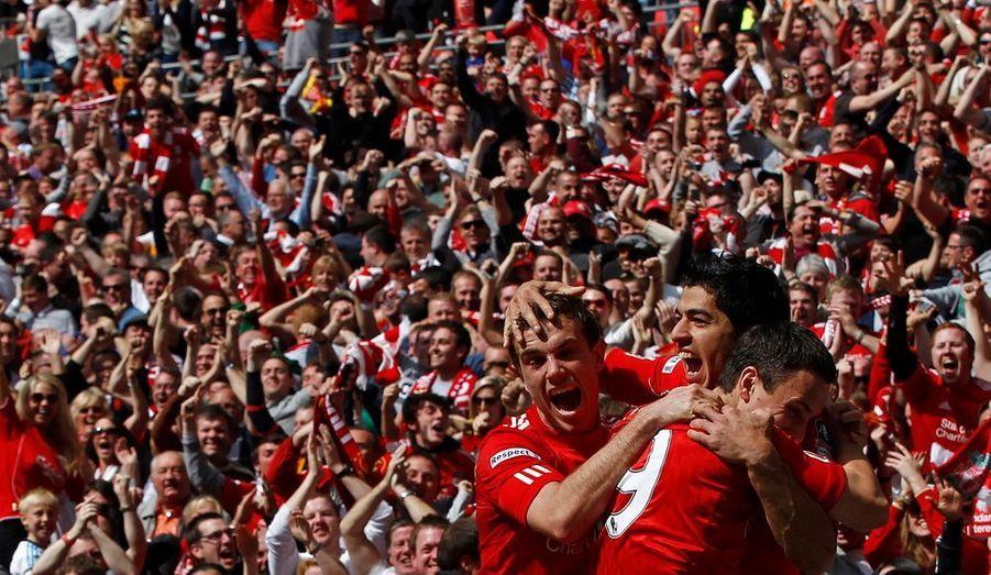 Liverpool s'est qualifié pour la finale de la FA Cup en venant à bout d'Everton (2-1), son rival de la Mersey, samedi après-midi à Wembley. Les Reds, menés au score suite à un but de Jelavic (24e), ont su renverser la vapeur après la repos grâce à Suarez (62e) et Carroll (87e). Les joueurs de Kenny Dalglish, déjà vainqueurs de la Carling Cup cette saison, retrouveront le vainqueur du match entre Tottenham et Chelsea, le 5 mai prochain.