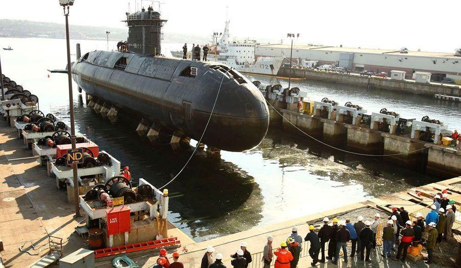 Le HMCS WINDSOR, un sous-marin canadien qui était en maintenance en Nouvelle-Écosse depuis près de cinq ans a pour la première fois retouché l'eau.