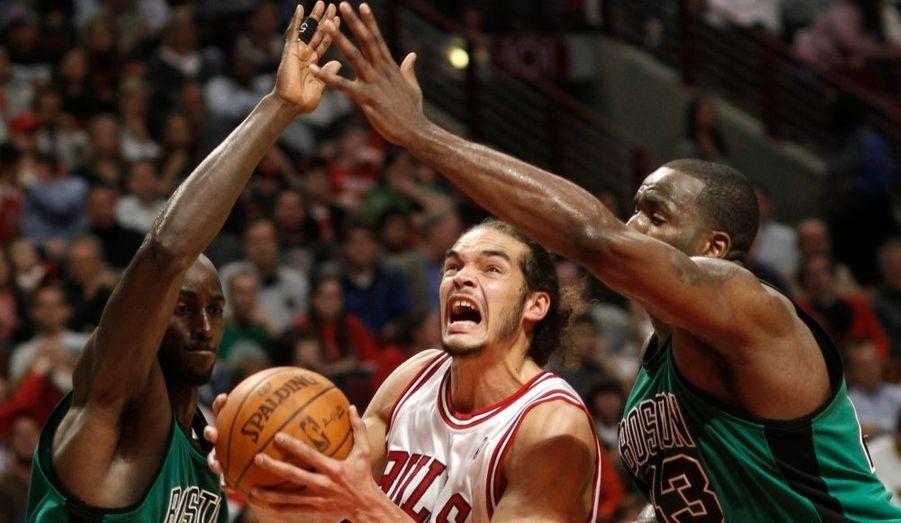 Les Chicago Bulls ont validé la nuit dernière leur billet pour les playoffs. La franchise de l'Illinois a ramené une précieuse victoire de son déplacement à Charlotte (98-89), un succès qui lui permet d'avoir un bilan équilibré à la fin de la saison régulière avec 41 victoires et 41 défaites. A noter la nouvelle grosse performance de Joakim Noah, auteur d'un double-double (21 points et 13 rebonds). Les Bulls terminent donc à la 8e place de la conférence est, devant les Toronto Raptors, et affronteront les Cavaliers de Cleveland au premier tour des playoffs.