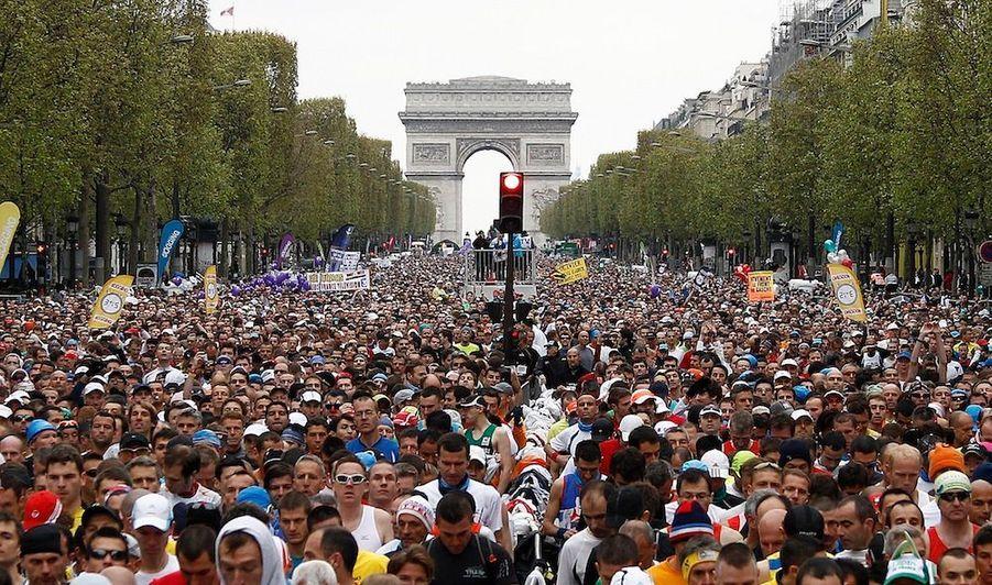 Le Kenyan Stanley Biwott a remporté dimanche la 36e édition du marathon de Paris, à la quelle quelque 40 000 personnes ont participé ce dimanche. Le départ était donnéen haut de l'avenue des Champs Elysées, dimanche à 8h45. Stanley Biwott,récent lauréat du semi-marathon de Paris, faisait partie des favoris.