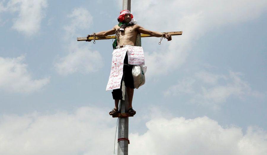Un homme affirmant avoir été persécuté par le gouvernement égyptien s'est lui-même attaché à un réverbère de la place Tahrir en signe de protestation.