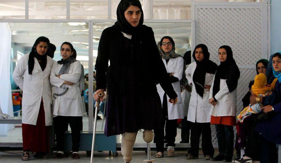 Une femme amputée des deux jambes s'entraîne au centre orthopédique du Comité international de la Croix-Rouge à Kaboul. Ces centres accueillent chaque année près de 6000 nouveaux patients, souvent victimes de la guerre et blessés par la puisse des bombes.