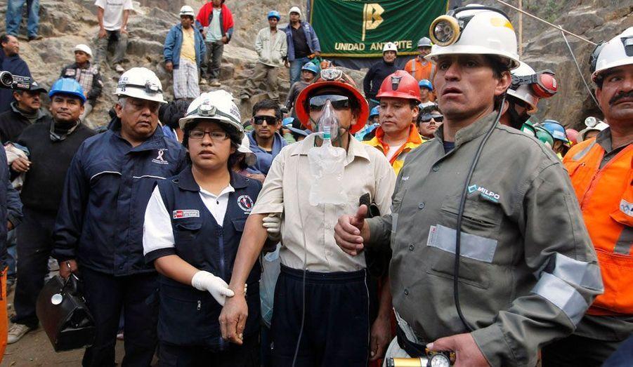 Les neuf mineurs coincés dans une mine au Pérou depuis jeudi ont été secouru ce mercredi matin. Ils sont tous sains et saufs. A leur sortie, ils ont été accueillis par leurs familles et le président du pays, Ollanta Humala.