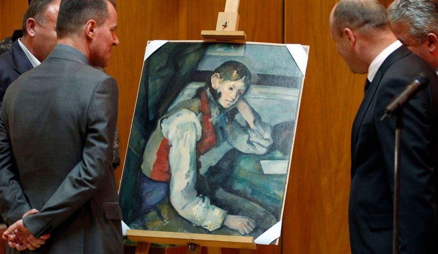 """La police serbe a retrouvé une toile célèbre de Paul Cézanne, """"Le Garçon au gilet rouge"""", qui avait été dérobée il y a quatre ans dans une galerie en Suisse. Le tableau fait partie d'un lot de quatre toiles, d'une valeur totale estimée à l'époque à 163 millions de dollars, qui ont été volées en 2008 à la galerie zurichoise Emil Georg Bührle. """"Le Garçon au gilet rouge"""" a été estimé à lui seul à environ 75 millions d'euros."""