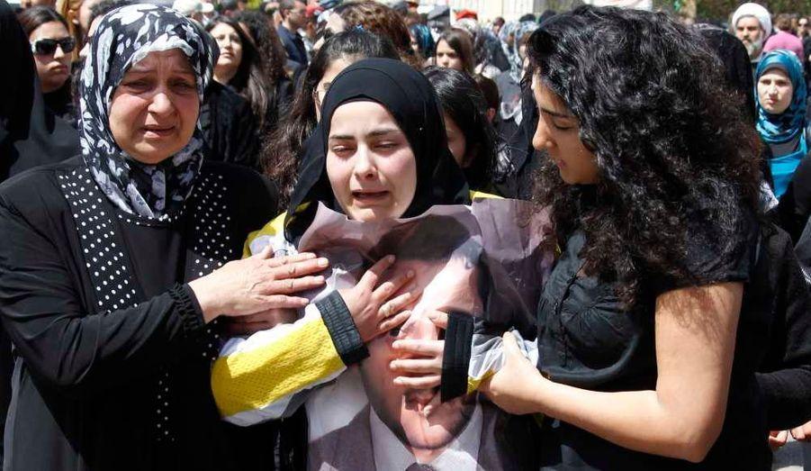 La soeur du cameraman libanais Ali Shaaban, tué lundi à la frontière libano-syrienne, lors de ses funérailles, qui ont eu lieu ce mardi dans le village de Mayfadoun. Le Premier ministre libanais, Najib Mikati, dont le gouvernement est dominé par le Hezbollah, allié du régime syrien, a condamné cette mort et exigé une enquête.