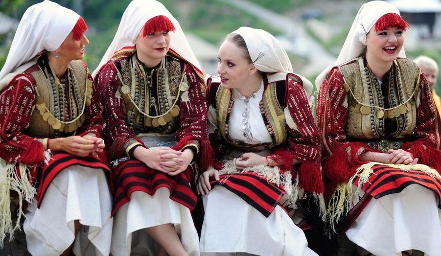 Des femmes en costume traditionnel participent à un mariage dans le village de Galicnik, à environ 150 km à l'ouest de Skopje, la capitale de la Macédoine. La célébration dure trois jours. Des rituels et des danses, transmis au fil des siècles, sont exécutés.