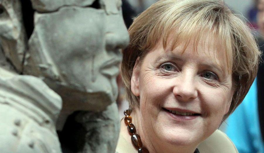 La chancelière allemande Angela Merkel regarde admirative la statue d'un soldat de l'armée Terracotta pendant sa visite officielle au Musée des guerriers et chevaux de Qin Terracotta, à Xian dans la province chinoise de Shaanxi, le 17 juillet 2010.