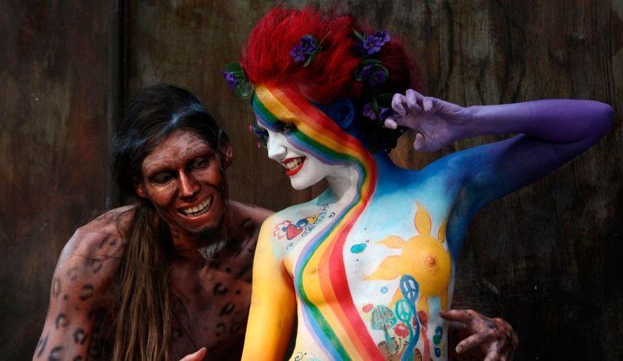 Deux mannequins défilent lors du Festival international de Bodypainting à Seeboden, qui se tient du 16 au 18 juillet, près du lac Millstaettersee, en Autriche.