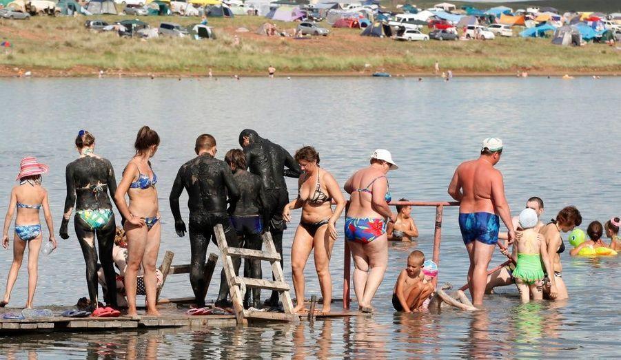 Des personnes se couvrent le corps et la tête de boue noire riche en minéraux, et se préparent à se baigner dans les eaux salées du lac de la région russe Khakassia, à environ 370 km au sud-ouest de la ville sibérienne de Krasnoïarsk. La boue noire est particulièrement recommandée pour améliorer l'aspect de la peau et la tonifier.