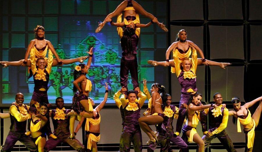 """La troupe de danse colombienne """"Constelacion latina"""" lors d'une représentation pour le congrès colombien de salsa à Medellin."""