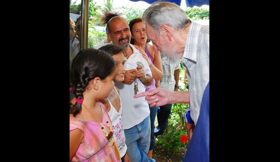 """Fidel Castro est apparu en public pour la quatrième fois jeudi à La Havane, comme en témoigne cette photo . Le père de la révolution cubaine, âgé de 83 ans, était quasiment invisible depuis 2006. Le """"comandante"""" s'est rendu à l'Aquarium national de Cuba, où il s'est notamment entretenu avec Celia Guevara March, vétérinaire et fille d'Ernesto Che Guevara. La télévision publique et le site officiel www.cubadebate.cu ont diffusé de nombreux clichés de Fidel Castro, discutant avec des employés ou observant des dauphins. Auparavant, on l'avait vu au Centre national d'études scientifiques de La Havane puis, quelques jours plus tard, au Centre de recherches sur l'économie mondiale de la capitale cubaine."""