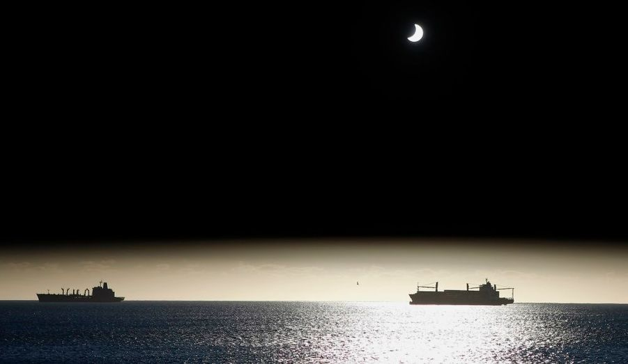 La Lune passe entre le Soleil et la Terre pendant l'éclipse solaire de Valparaiso, au nord-ouest de Santiago, le 11 juillet 2010.