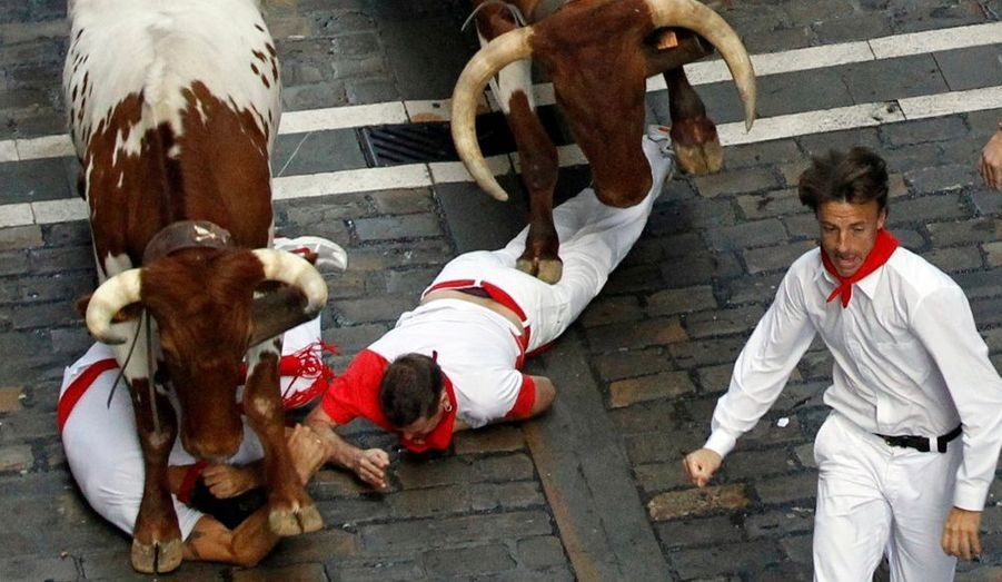 Deux hommes ont été renversés par deux taureaux lâchés dans les rues de Pampelune, à l'occasion des festivités de la San Fermín, en Espagne.