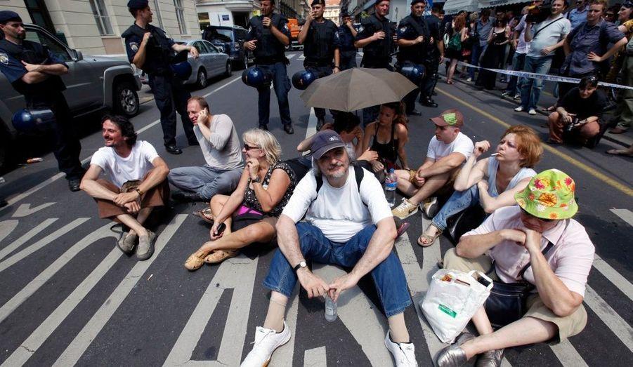 Des militants des droits de l'homme de plusieurs groupes croates sont assis dans l'une des rues principales du centre de Zagreb (capitale Croatie). Ils protestent contre la construction d'un centre commercial haut de gamme prévu au cœur de la ville.