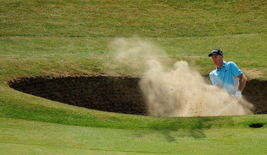 Le joueur américain Jim Furyk tente de s'échapper d'un bunker lors du British Open de golf, à Sandwich, dans le sud de l'Angleterre.