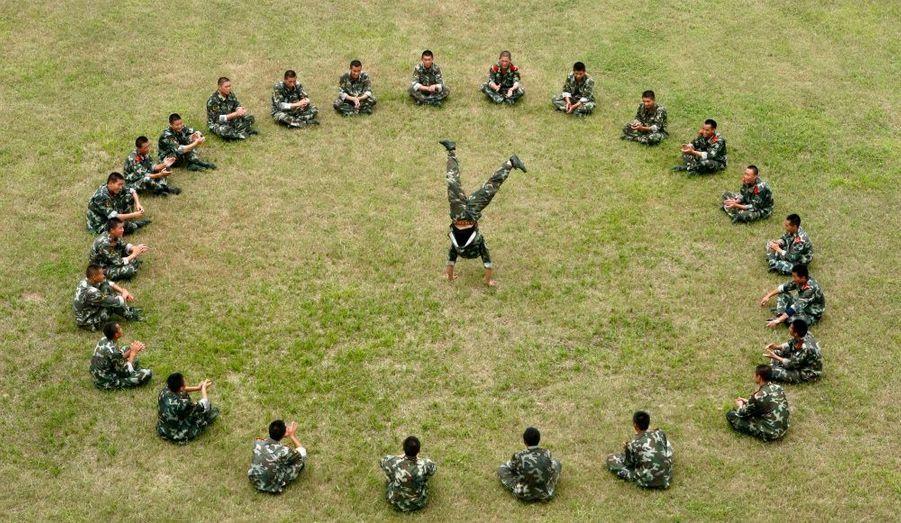 Un policier paramilitaire profite d'une pause lors d'une session de formation à la base militaire de Suining, en Chine.