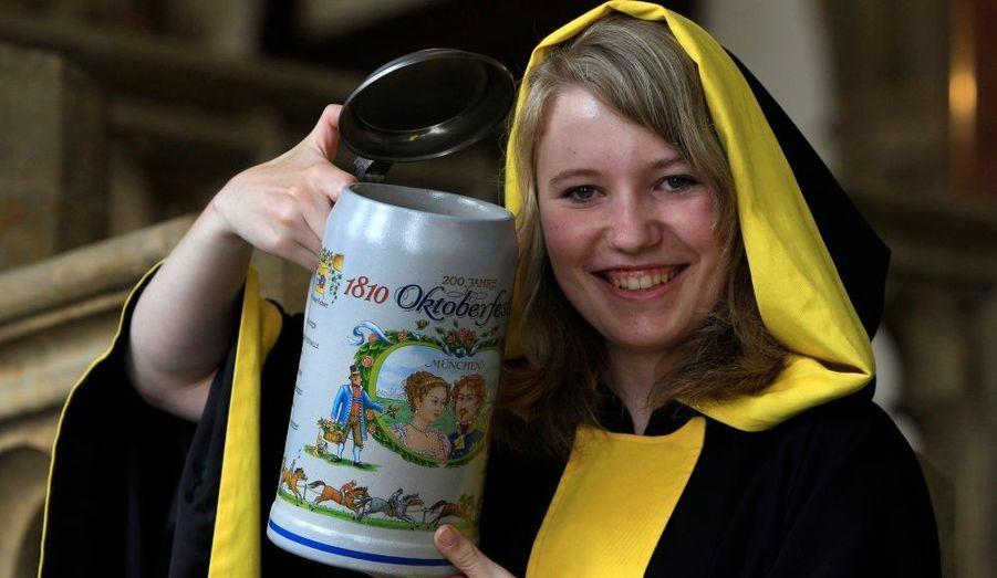 """Maria Newrzella présente la chope de bière """"Muenchner Kind"""" crée à l'occasion des 200 ans de la bière Oktoberfest, après une conférence à Munich. La chope de bière est faite d'argile et sera vendue 33 euros."""