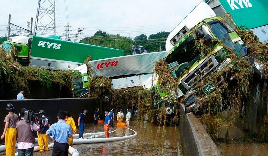 A Kani, dans le centre du Japon, des camions ont été emportés par la rivière en crue. Les fortes pluies qui se sont abattues sur la région ces derniers jours ont fait au moins trois morts et plusieurs dizaines de disparus.