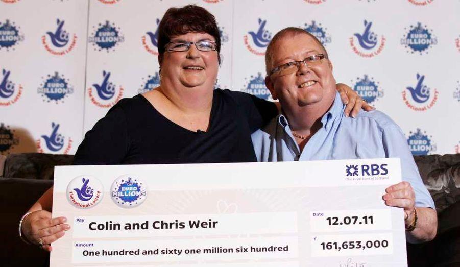 Un joueur du Royaume Uni a battu mardi soir le record de l'Euro Millions en remportant 185 millions d'euros après avoir été le seul à cocher les sept numéros gagnants, a annoncé la Française des Jeux. Il s'agit de Colin Weir, qui pose ici avec sa femme Chris. Le précédent record à ce jeu était de 130 millions d'euros et remontait au 8 octobre 2010. Il s'agissait encore d'un Britannique.