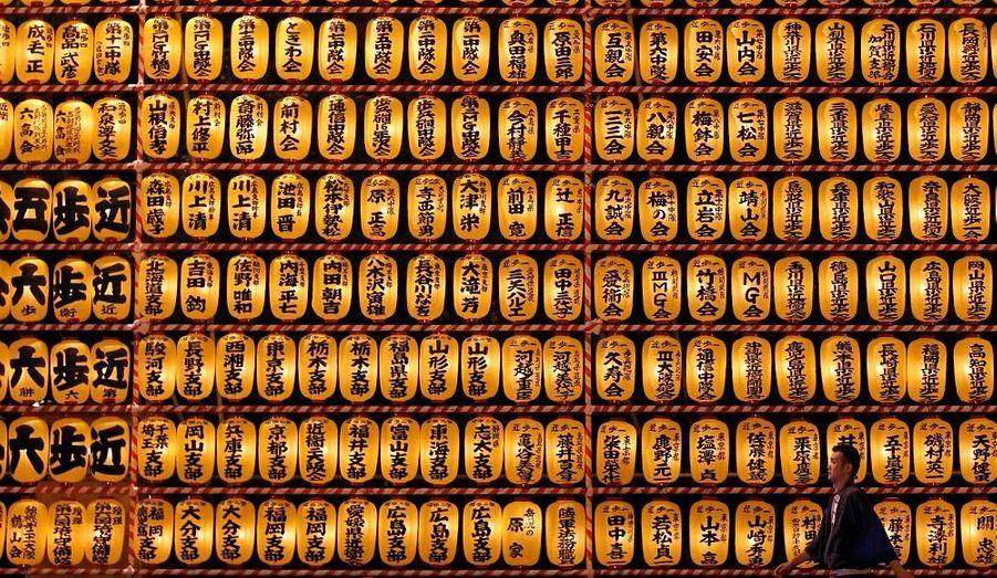 """Pendant trois jours en juillet, le sanctuaire Yasukuni, situé au coeur de Tokyo, est éclairé par 20 000 lanternes provenant de tout le pays. Il s'agit du Mitama Matsuri, le """"festival des lanternes."""" Il a pour but d'apaiser l'âme des Japonais morts à la guerre, et ce depuis 1853."""