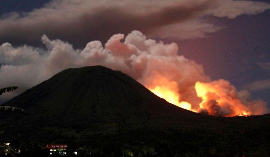 Le mont Lokon, volcan indonésien du nord de Célèbes, s'est réveillé jeudi. L'éruption a mis le feu aux forêts qui bordent le cratère, selon un représentant de l'Agence nationale de gestion des catastrophes.
