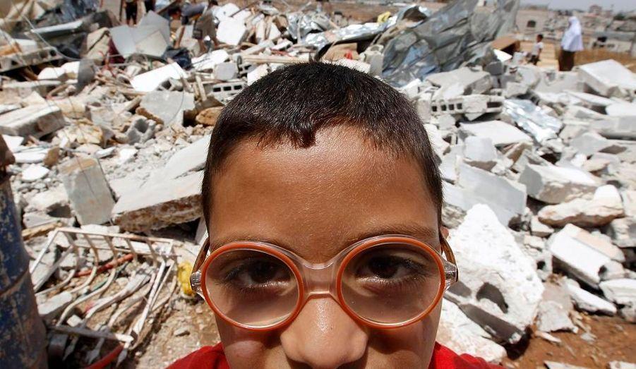 Ce garçon palestinien se trouve devant les ruines d'une maison rasée à Jérusalem. C'était la première fois que cela arrivait depuis huit mois, mettant ainsi fin à une interdiction non officielle de ces démolitions internationalement condamnées. La municipalité de Jérusalem a justifié ce geste en disant que la maison avait été construite sans permis.