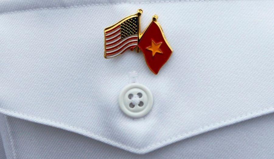 Les marines américaine et vietnamienne réalisent ensemble des exercices et ce depuis quelques années. Les marins de l'US Navy y participant arborent ce pin's, symbolique du rapprochement entre les deux anciens ennemis mortels. Ces manoeuvres militaires ont de quoi agacer la Chine, qui domine la région.