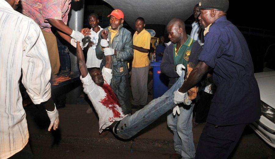 Lundi, un double attentat revendiqué par les miliciens d'Al-Chabaab a fait au moins 74 morts en Ouganda. Dans la soirée, la police ougandaise a procédé à plusieurs arrestations d'islamistes somaliens.