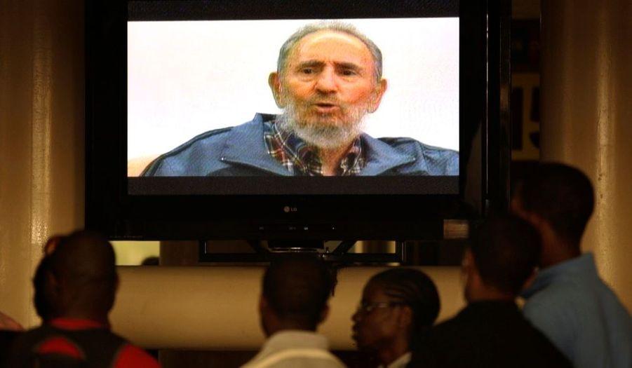 """Fidel Castro est sorti lundi de son silence pour prévenir le monde, dans une interview télévisée, des risques de guerre nucléaire liée à la confrontation entre l'Occident et l'Iran. Le père de la révolution cubaine, aujourd'hui âgé de 83 ans, a expliqué que cette guerre pourrait éclater lorsque les Etats-Unis, avec Israël, tenteraient de faire appliquer les sanctions imposées à l'Iran en raison de son programme nucléaire. Fidel Castro a mis en garde: """"Je crois que le danger d'une guerre augmente beaucoup. Ils jouent avec le feu""""."""