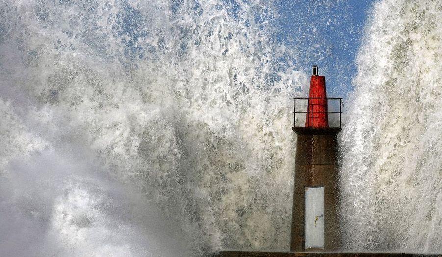 A Viavelez, dans le Nord de l'Espagne, l'océan Atlantique se déchaîne.