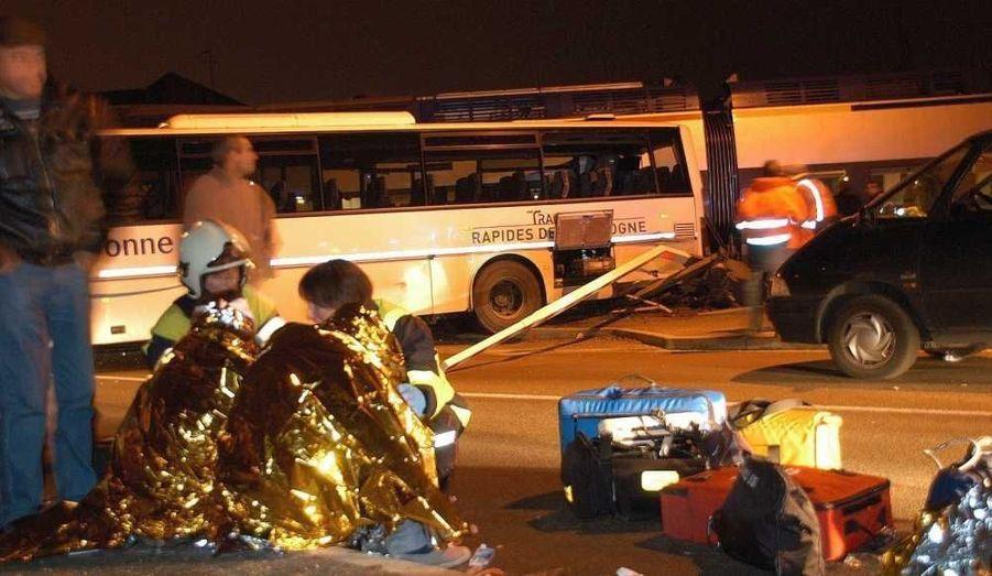 Un train régional a percuté l'arrière d'un car scolaire hier soir à Auxerre (Yonne), faisant 18 blessés dont quatre graves. Mais heureusement, aucun pronostic vital n'est engagé. Le drame a été frôlé.