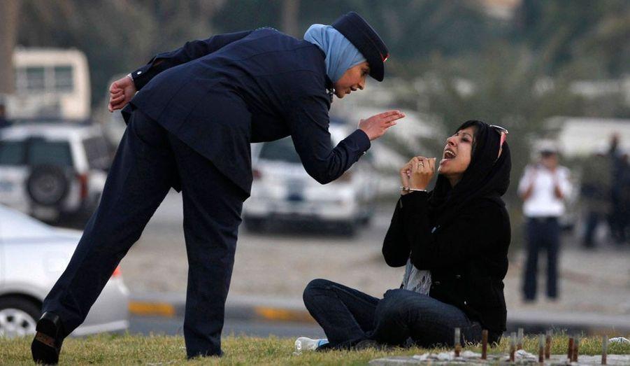 Zainab al-Khawaja, militante bahreïnie de 27 ans, a été interpellée de force ce vendredi lors d'un sit-in à Manama. Son père, son mari, son oncle et son beau-frère sont déjà emprisonnés. Les organisations de défense des droits de l'Homme s'inquiètent pour leur cas.