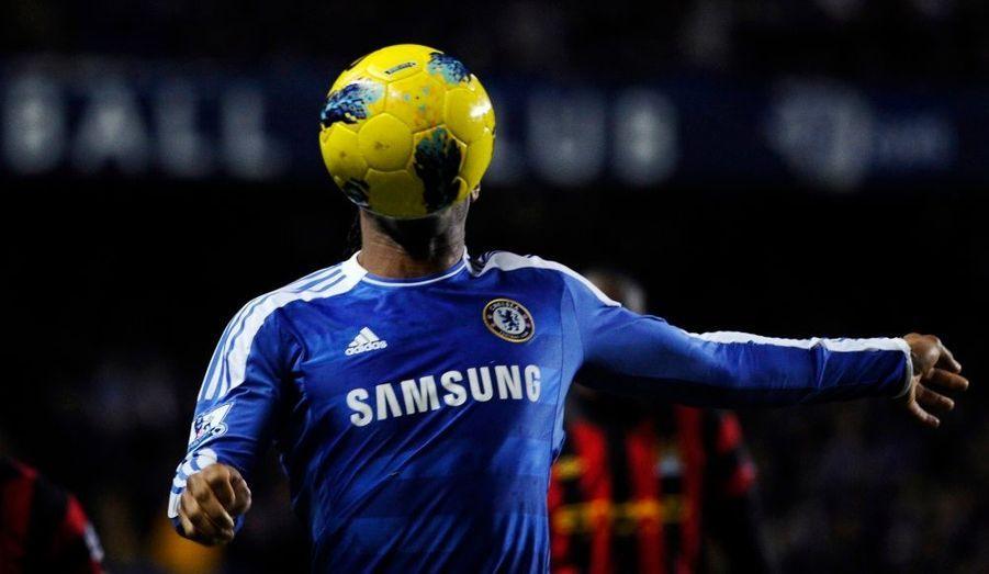Le joueur de Chelsea Didier Drogba affronte Manchester City, à l'occasion de la quinzième journée du championnat britannique de Premier League à Londres.