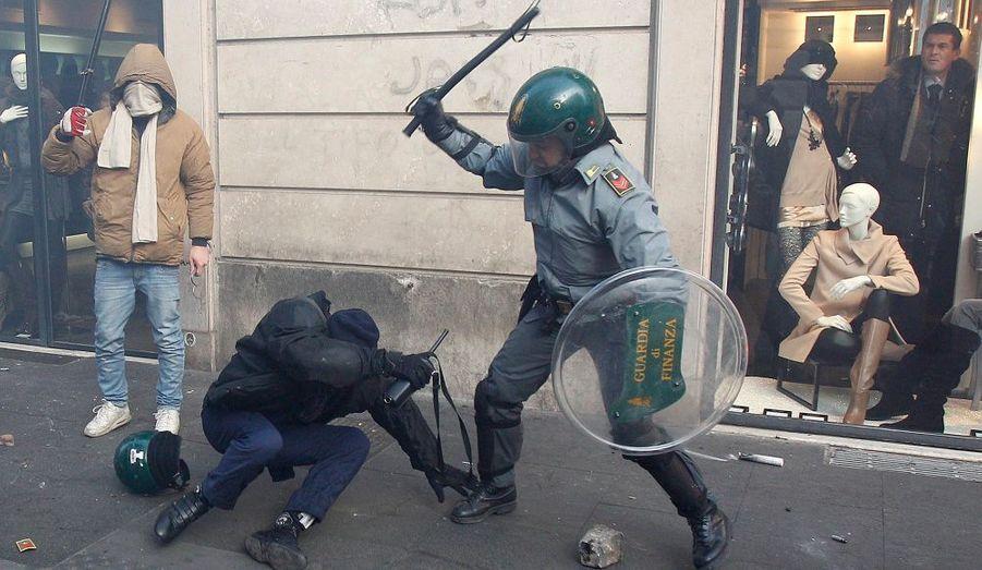 Lutte avec des officiers de police de la Guardia di Finanza lors d'affrontements anti-gouvernementaux à Rome. Les manifestants ont mis le feu aux voitures, ont lancé des bombes de peinture et de la fumée près de l'édifice du Parlement italien et ont affronté la police anti-émeute. Ce sont les pires violences que la ville ait connu depuis des années. Elles ont débuté après que le Premier ministre Silvio Berlusconi ait obtenu un vote de confiance.