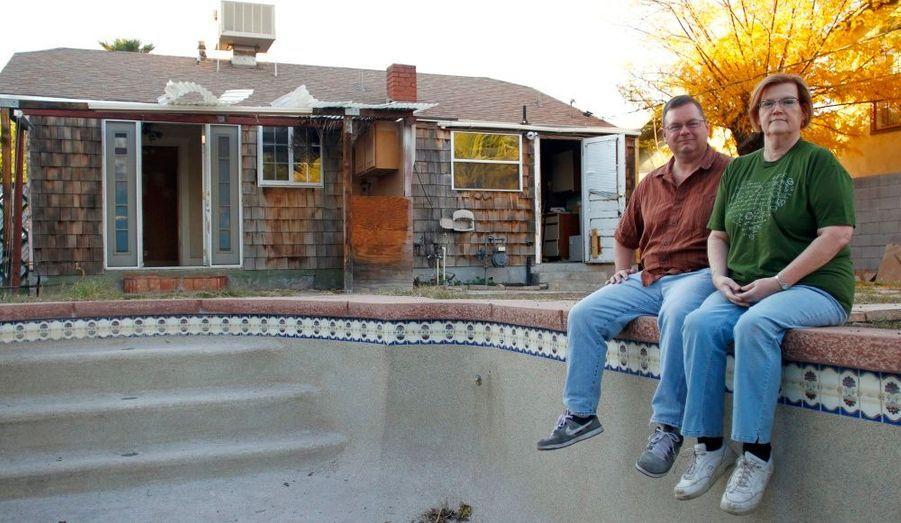 Paul Hennings et son épouse Sheila Krueger posent au bord de la piscine de leur maison nouvellement achetée à Phoenix, en Arizona. Ils ont perdu leur prêt hypothécaire résidentiel lorsque leur évaluation est devenue trop faible, le couple a du prendre un crédit d'investissement pour acheter la maison.
