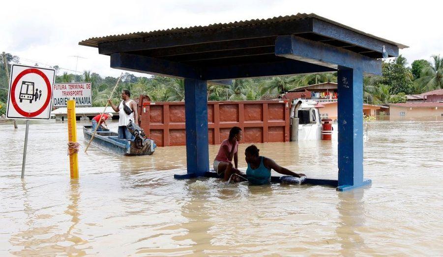 Des habitants de Yaviza, dans la province de Darién, au Panama, réfugiés sous un abris-bus. Des milliers de personnes ont été évacuées après les inondations et glissements de terrain provoqués par les fortes pluies au Panama, au Venezuele et en Colombie, rapportent les médias locaux.