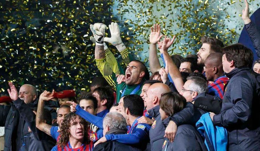 Emmené une nouvelle fois par un grand Lionel Messi, qui a ouvert et conclu la marque (17e et 82), le FC Barcelone a remporté dimanche au Japon la Coupe du monde des clubs aux dépens d'une équipe de Santos dépassée (4-0). Xavi (24e) et Fabregas (45e) sont les deux autres buteurs barcelonais du jour. Une semaine après sa victoire dans le Clasico sur la pelouse du Real Madrid, le Barça prouve là encore qu'il est bien le meilleur club du moment en décrochant ce titre pour la deuxième fois de son histoire après 2009.