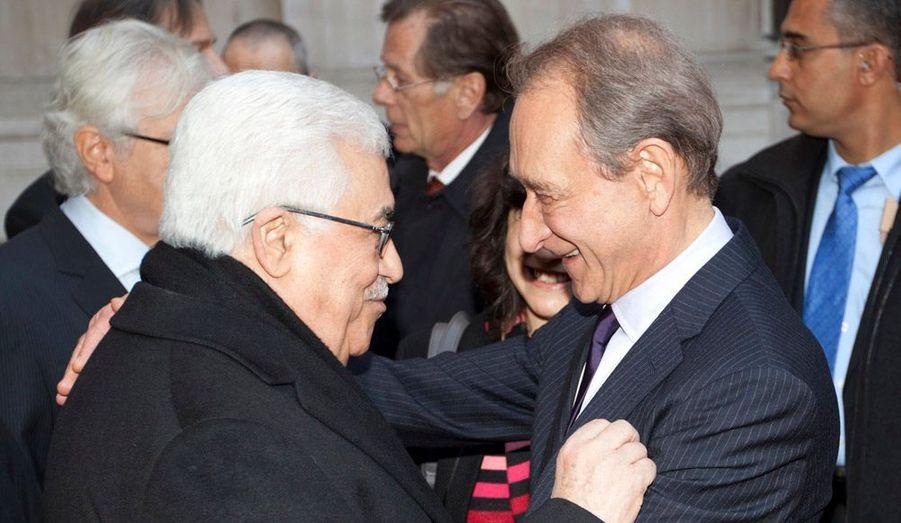 """Le maire de Paris, Bertrand Delanoë, a reçu mercredi le président palestinien Mahmoud Abbas avec le protocole réservé aux chefs d'État. """"Je considère Mahmoud Abbas comme le président de l'État de Palestine, a-t-il déclaré. C'est un fait, je le vois vivre cet État de Palestine (...), c'est une réalité culturelle, démocratique, politique, nationale"""", a insisté l'édile, qui s'était lui-même rendu fin novembre à Ramallah."""